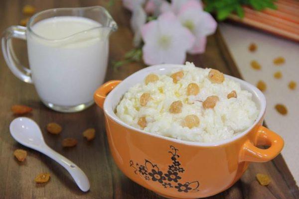 Молочная рисовая каша с изюмом