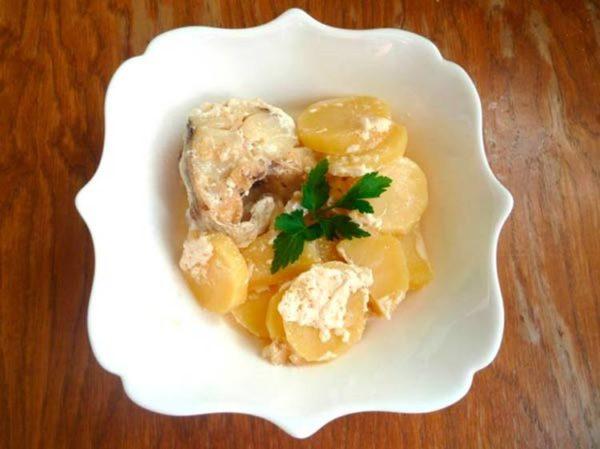 Минтай с картошкой и сметаной