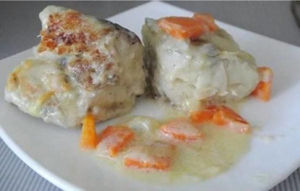 Минтай с морковью и луком в сметане