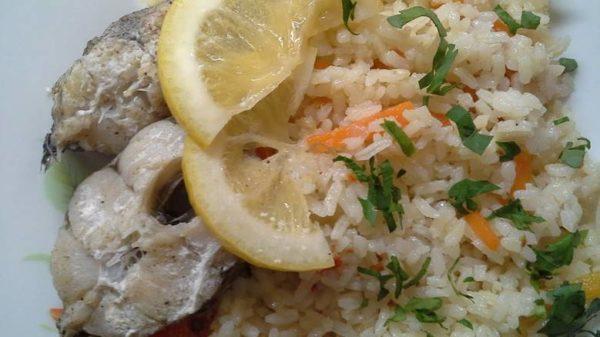 Минтай с морковью, луком и рисом