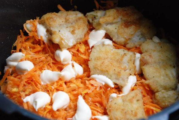 Минтай с морковкой, луком и сыром