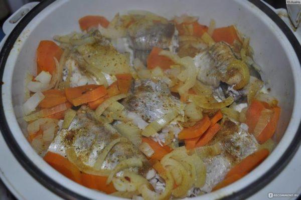 Минтай с морковкой, луком и сливками