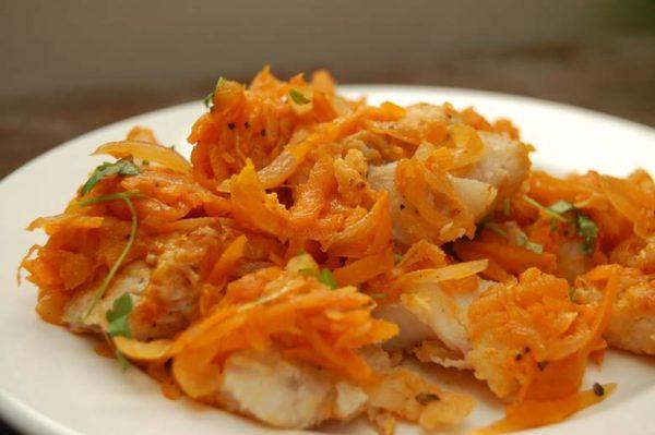 Минтай с луком и морковкой в соевом соусе