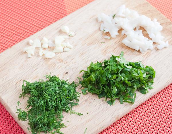 мелко режем сало и зелень
