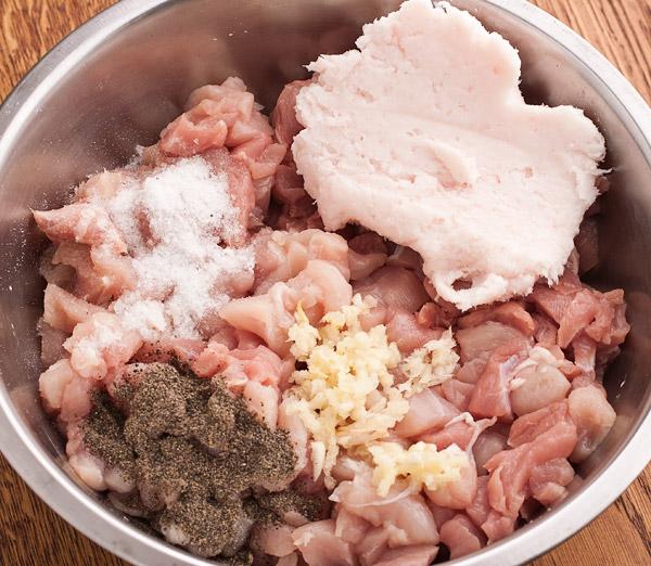 к мясу добавляем сало чеснок и специи