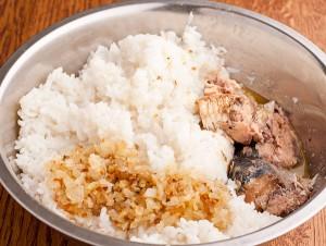 рис смешиваем с консервой и жареным луком