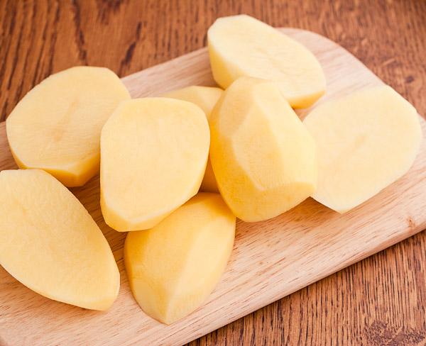 картошку разрезаем пополам