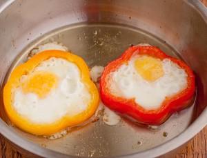 в перцы вливаем яйца