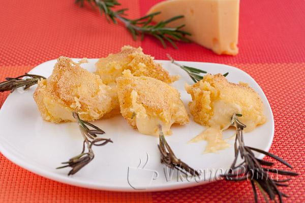 Жареный сыр в панировке с розмарином