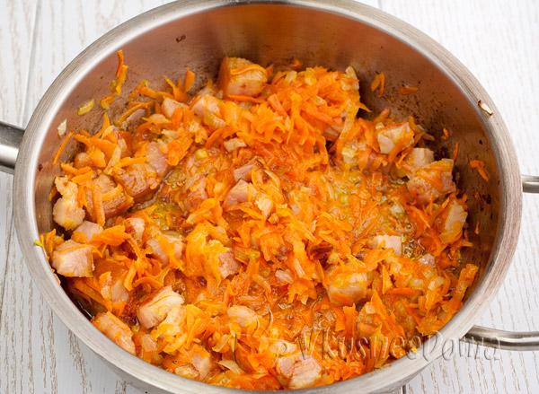 жарим лук с морковкой и грудинкой
