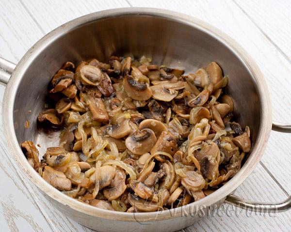 грибы жарим с луком