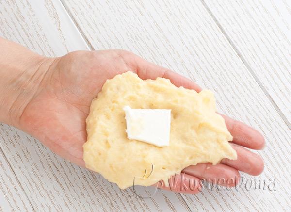 на центр лепешки кладем сыр