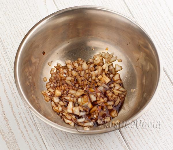 минут 5 маринуем лук