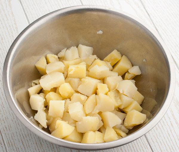 отваренный картофель нарезаем кубиками