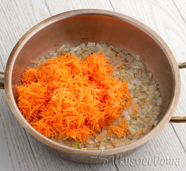 жарим морковь с луком