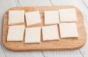 тесто разрезаем на маленькие прямоугольнички