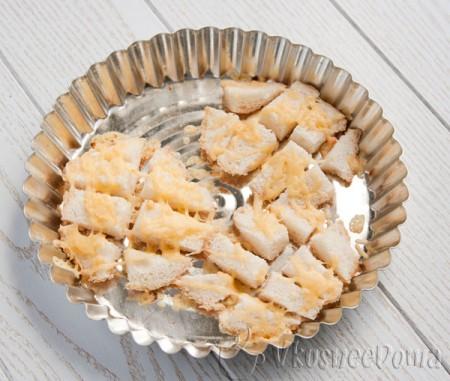 кусочки булочки посыпаем сыром