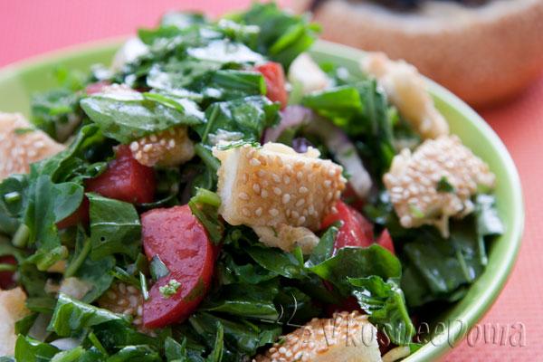 Салат с руколой и помидорами с сырными кусочками