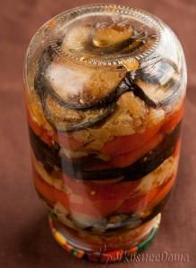 готовые консервированные баклажаны (с помидорами и луком)