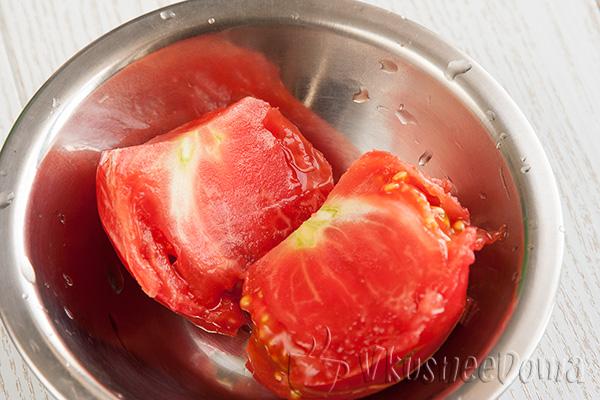 помидоры разрезаем и трем на терке