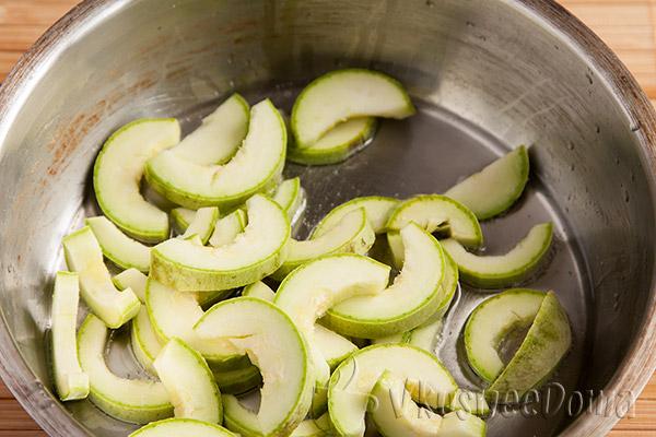 отправляем кабачки в сковородку для жарки