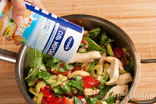 руколлу соединяем с салатом и солим