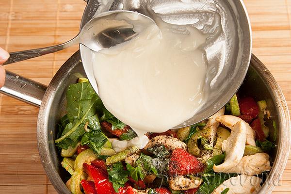 заливаем салат соусом