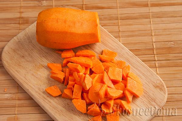 морковь нарезаем кубиками