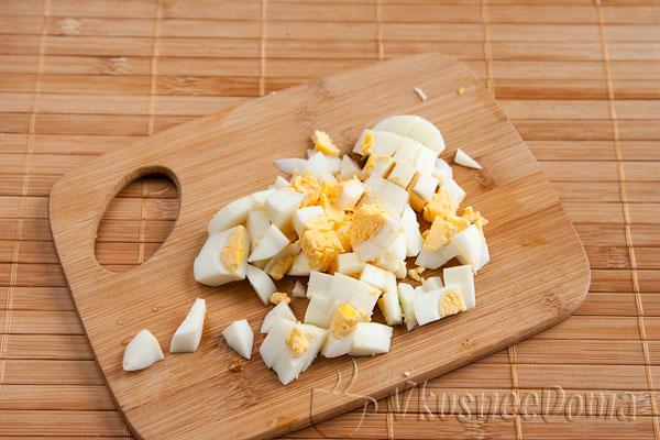 яйца сваренные в крутую режем кубиками