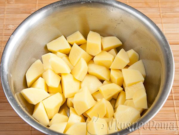 картошку чистим и режем