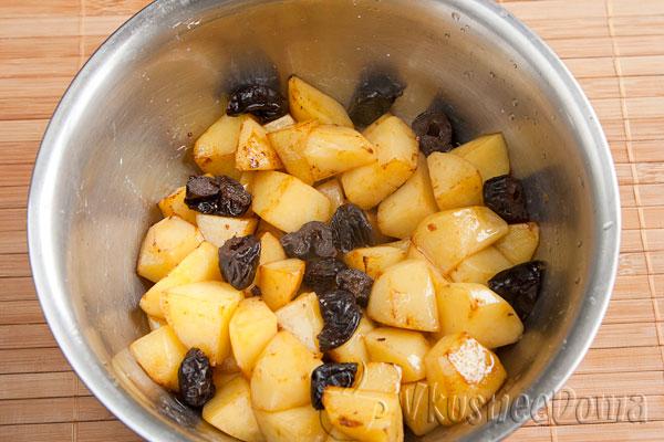 картошку обжариваем и смешиваем с черносливом
