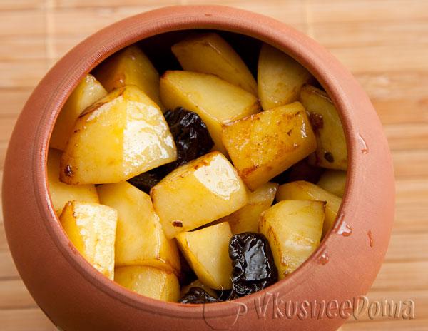 картошку с черносливом добавляем в горшочек