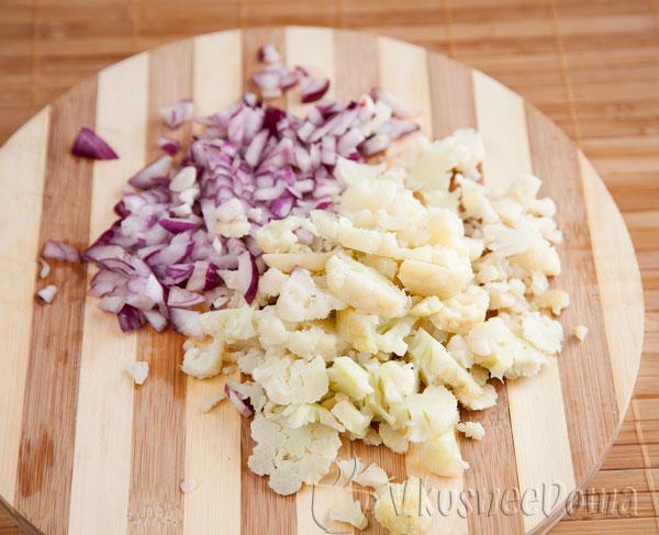 нарезаем лук и цветную капусту