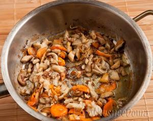 добавляем в грибы морковь