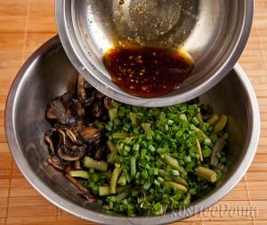 заливаем салат соевым соусом