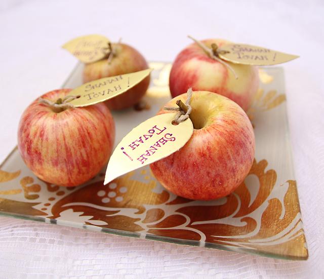 красные яблоки на новогодний стол