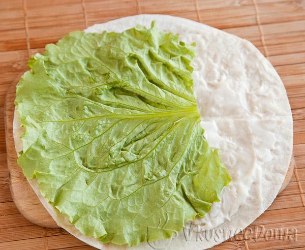 лаваш намазываем майонезом и кладем лист салата