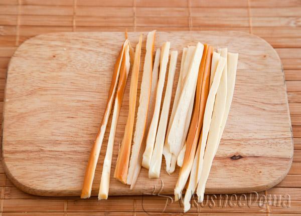 ниточный сыр нарезаем полосками