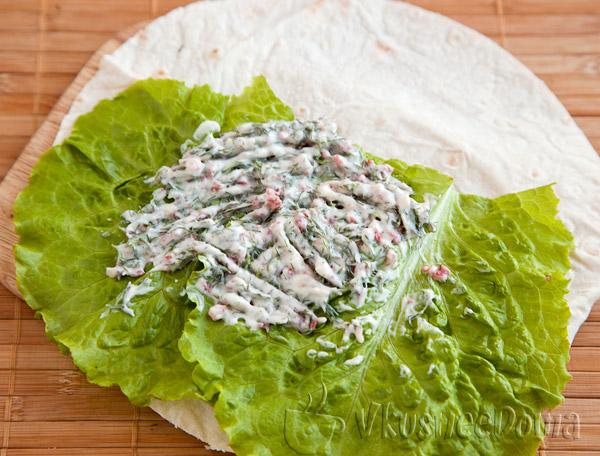 пасту намазываем на листья салата