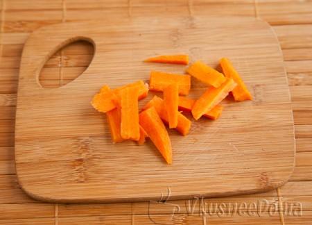 нарезаем морковь дольками маленькими очень