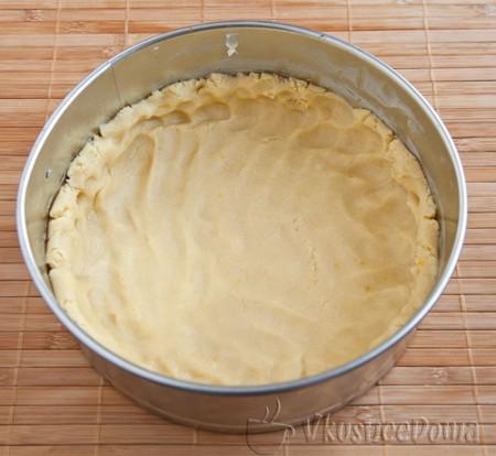 выкладываем нижний слой пирога