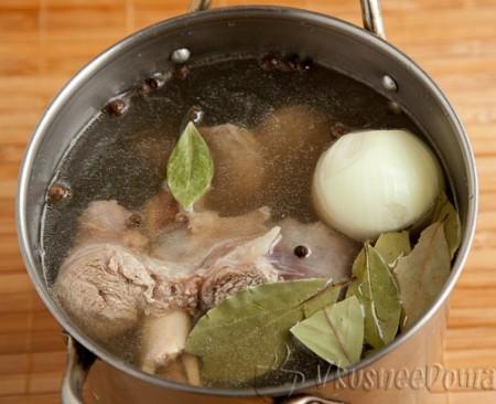 добавляем в бульон: лавровый лист, соль, перец, лук