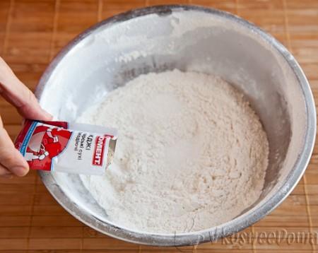 добавляем соль, сахар и сухие дрожжи