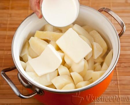 вливаем теплое кипяченое молоко