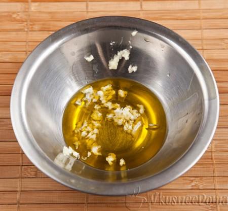 в оливковое масло добавляем выдавленный чеснок