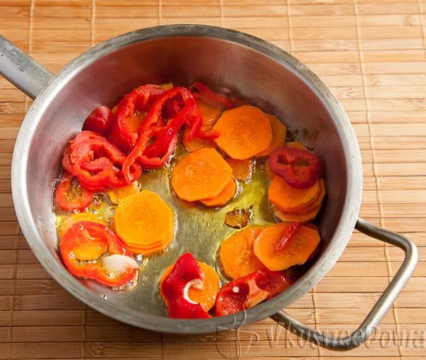 пассеруем морковь и сладкий перец