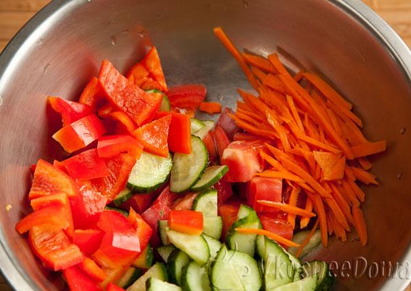 морковь нарезаем соломкой