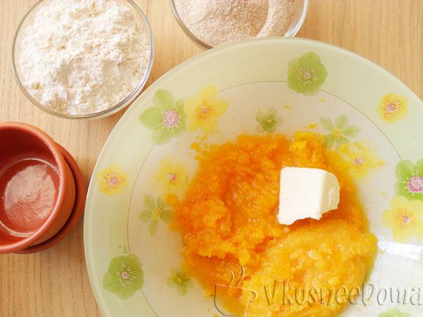соединяем тыкву, перетертые желтки и сливочное масло