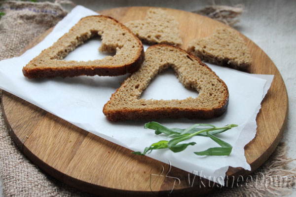 вырезанный хлеб поджариваем с одной стороны