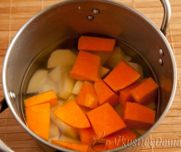 отвариваем картошку и тыкву